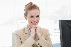 Портрет усмехаясь молодой коммерсантки с компьютером Стоковая Фотография