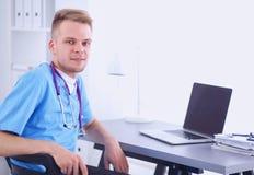 Портрет усмехаясь мужского доктора с компьтер-книжкой Стоковые Фотографии RF