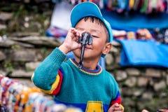 Портрет усмехаясь непальского мальчика, следа цепи Annapurna стоковые фотографии rf
