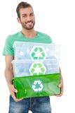 Портрет усмехаясь носить молодого человека рециркулирует контейнеры стоковые фото