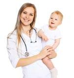 Портрет усмехаясь доктора и младенца женщины Стоковое Изображение RF