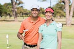 Портрет усмехаясь пар игрока в гольф с рукой вокруг Стоковое Изображение