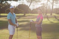 Портрет усмехаясь пар игрока гольфа Стоковое фото RF