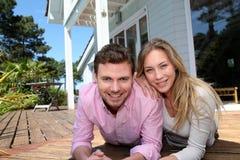 Портрет усмехаясь пар перед их новым домом стоковые фото