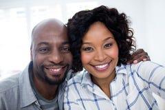Портрет усмехаясь пар с рукой вокруг Стоковое Фото