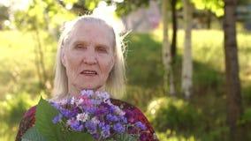 Портрет усмехаясь пожилого парка женщины публично акции видеоматериалы