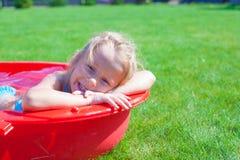 Портрет усмехаясь прелестно наслаждаться маленькой девочки Стоковое фото RF