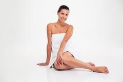 Портрет усмехаясь привлекательной женщины в полотенце стоковое изображение