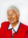 Портрет усмехаясь привлекательной усмехаясь старшей женщины Стоковое фото RF