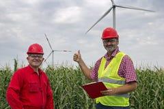 Портрет 2 усмехаясь работников на ветровой электростанции стоковые изображения