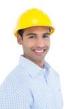 Портрет усмехаясь разнорабочего нося желтую трудную шляпу Стоковые Фото