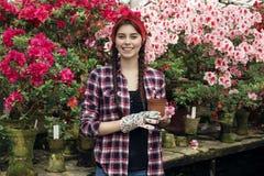 Портрет усмехаясь садовника молодой женщины с отрезками провода держ стоковая фотография rf