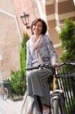 Портрет усмехаясь середины брюнет постарел женщина в городке стоковые фото