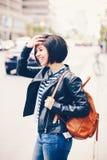 Портрет усмехаясь смеясь над волос красивой молодой кавказской латинской краткости женщины девушки темных в голубых джинсах Стоковые Фото
