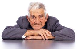 Портрет усмехаясь старика смотря камеру Стоковая Фотография RF