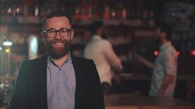 Портрет усмехаясь стекел привлекательного человека нося смотря камеру в пабе бара или пива Концепция молодости, приятельства видеоматериал