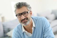 Портрет усмехаясь стекел зрелого человека нося Стоковое Фото
