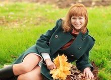 Портрет усмехаясь счастливой городской девушки идя в парк осени города Стоковое фото RF