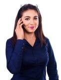 Портрет усмехаясь телефона бизнес-леди говоря на белой предпосылке Стоковые Фотографии RF