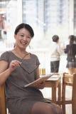 Портрет усмехаясь учителя в классе, Пекина стоковое изображение rf