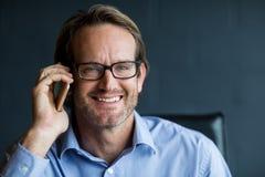 Портрет усмехаясь человека говоря на телефоне Стоковое фото RF