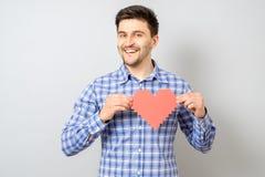 Портрет усмехаясь человека держа красное бумажное сердце пиксела Стоковое Фото