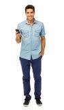Портрет усмехаясь человека держа умный телефон стоковая фотография rf