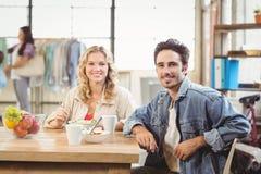 Портрет усмехаясь человека и женщины во время перерыва на чашку кофе Стоковое фото RF