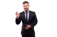 Портрет усмехаясь человека который показывает ОДОБРЕННЫЙ знак Стоковое Фото