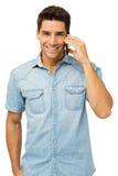 Портрет усмехаясь человека отвечая умному телефону стоковое изображение rf