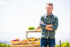 Портрет усмехаясь человека стоя на ферме Стоковое фото RF