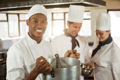 Портрет усмехаясь шеф-повара держа варя бак стоковое изображение rf