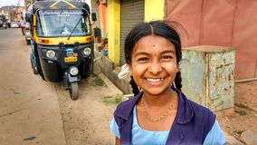 Портрет усмехаясь школьницы, Индии стоковые фото