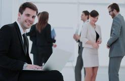 Портрет усмехаясь workin коллег sittingwith бизнесмена Стоковое Изображение