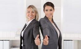 Портрет: Успешная команда бизнес-леди делая большие пальцы руки поднимает gestur Стоковое Фото
