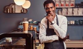 Портрет успешного Афро-американского мелкого бизнеса предпринимателя усмехаясь на камере пока стоящ на кофейне стоковые изображения