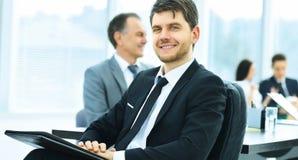 Портрет успешного бизнесмена в офисе на предпосылке их команды Стоковые Фото