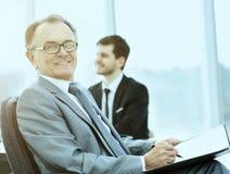 Портрет успешного бизнесмена в офисе на предпосылке их команды Стоковое Изображение RF
