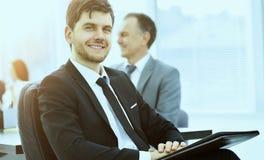 Портрет успешного бизнесмена в офисе на предпосылке работы команды Стоковое Изображение