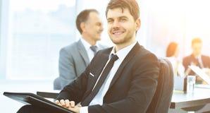 Портрет успешного бизнесмена в офисе Стоковые Фото