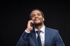Портрет успешного бизнесмена говоря на smartphone Стоковое Фото