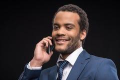 Портрет успешного бизнесмена говоря на smartphone Стоковое Изображение