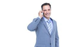 Портрет успешного бизнесмена на телефоне против белизны Стоковые Фотографии RF