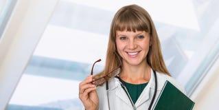 Портрет успешного доктора с стетоскопом Стоковые Изображения