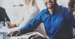 Портрет успешного испанского бизнесмена усмехаясь на деловой встрече с партнерами в современном офисе горизонтально Стоковые Изображения RF