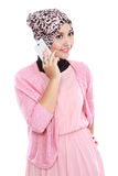 Портрет успешной азиатской мусульманской женщины говоря на клетке Стоковое фото RF