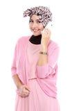 Портрет успешной азиатской мусульманской женщины говоря на клетке Стоковые Изображения