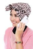 Портрет успешной азиатской мусульманской женщины говоря на клетке Стоковые Фото