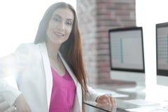 Портрет успешной дамы дела в офисе Стоковое Фото