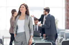 Портрет успешной бизнес-леди в современном офисе стоковые изображения